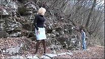 Sexo explicito com uma coroa safada lambendo rola no mato