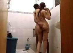 Caiu na net vídeo de sexo amador da Bruninha sentando na piroca dentro do banheiro
