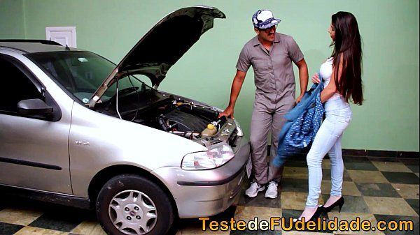 Brasileirinha peituda pagando boquete gostoso pro mecânico bem dotado no teste de fudelidade