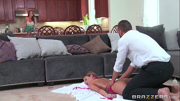Gostosa do brazzers pelada recebendo uma massagem no meio da sala
