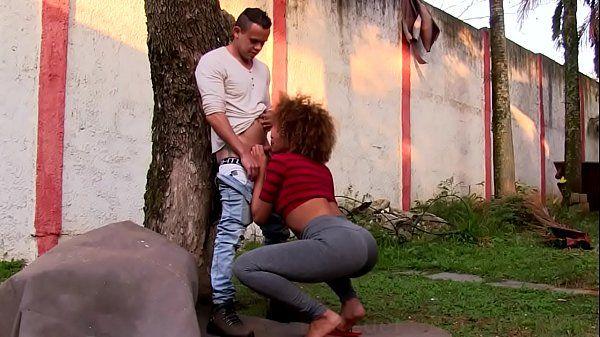 Mulata brasileirinha transando com amigo no jardim em um porno brasileiro