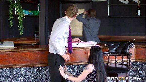 Mulher gostosa provando a pica do melhor amigo de seu marido pro brazzers