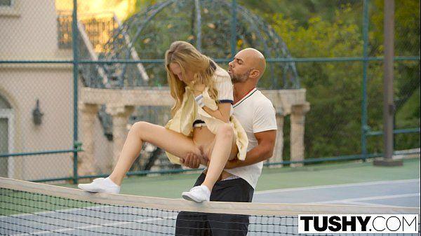 Novinha da buceta carnuda metendo gostoso na quadra de tênis no melhor do porno para o redtube
