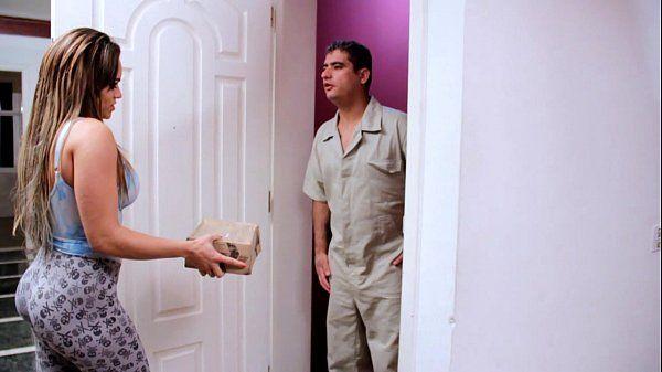 Red tube brasileiro da loira safada seduzindo entregador casado para um teste de fudelidade