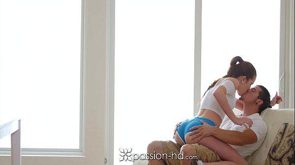 Pornô amador no redtube da novinha sentando no colo de shortinho em uma boa foda