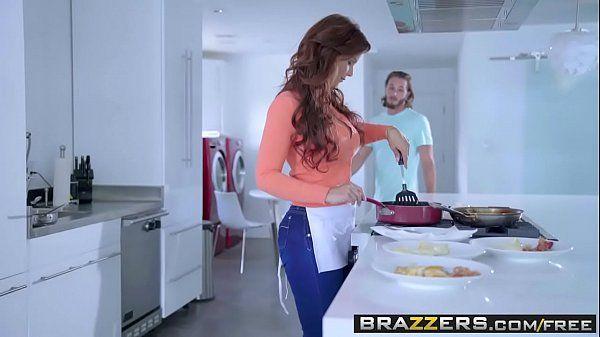 Ruiva gostosa fazendo um sexo anal em um filme com seus dois sobrinhos bem dotados do Brazzers