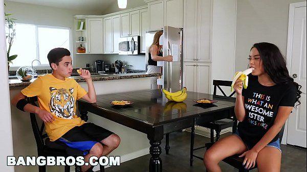 Videos de sex com a morena safada provando a pica do cara atrás do balcão da cozinha