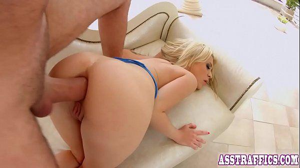 Video amador da loira tendo seu cu arrombado com tudo de quatro