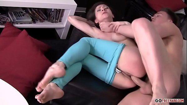 Boa foda da novinha safada dando a buceta gostosa rosada de ladinho para video do redtube