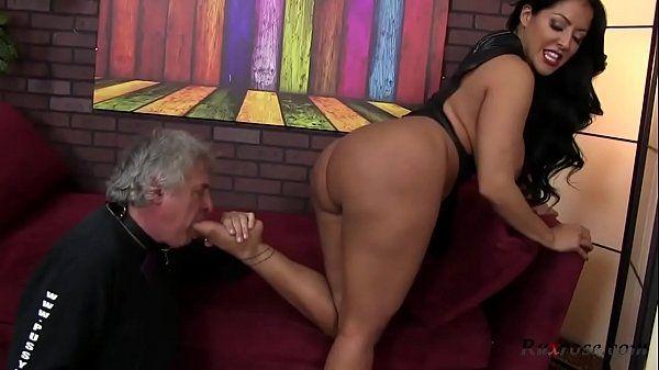 Xvideosporno.blog.br do coroa tarado comendo a morena rabuda em um porno bizarro