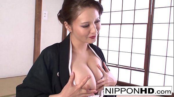 Japonesa peituda necessitando de uma piroca
