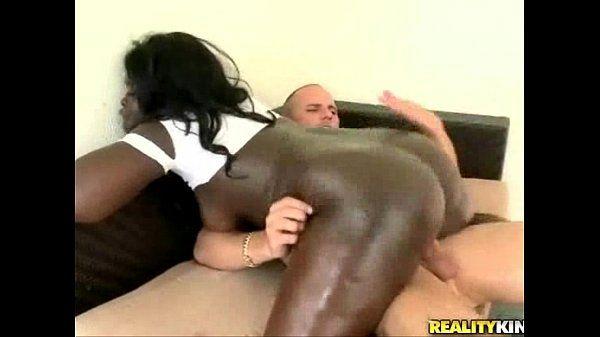 Negra do rabão grande em um porno com o branquelo do reality kings
