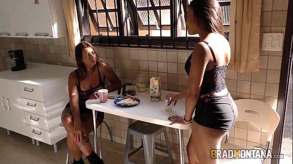 Tia brasileirinha safada chupando o pau do namorado de sua sobrinha em um porno brasileiro