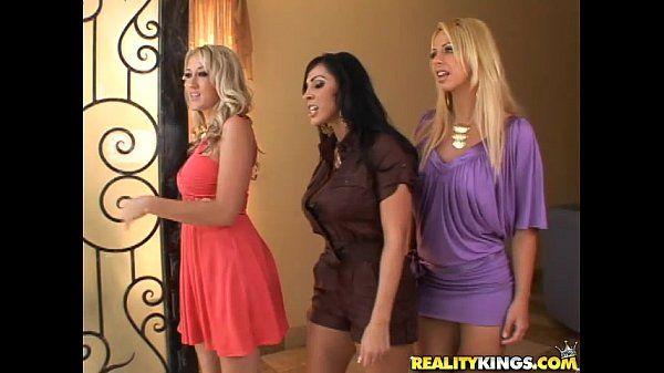 Trio de mulheres gostosas dando a buceta para o mesmo cara bem dotado