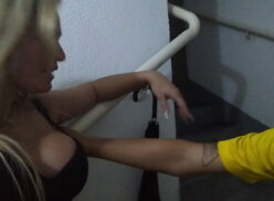 Amador comendo a novinha da buceta carnuda na escadaria do condomínio
