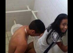 Metendo na escola com a novinha safada no banheiro