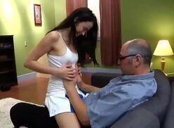Pai e filha incesto sexo gostoso no sofá com a putinha