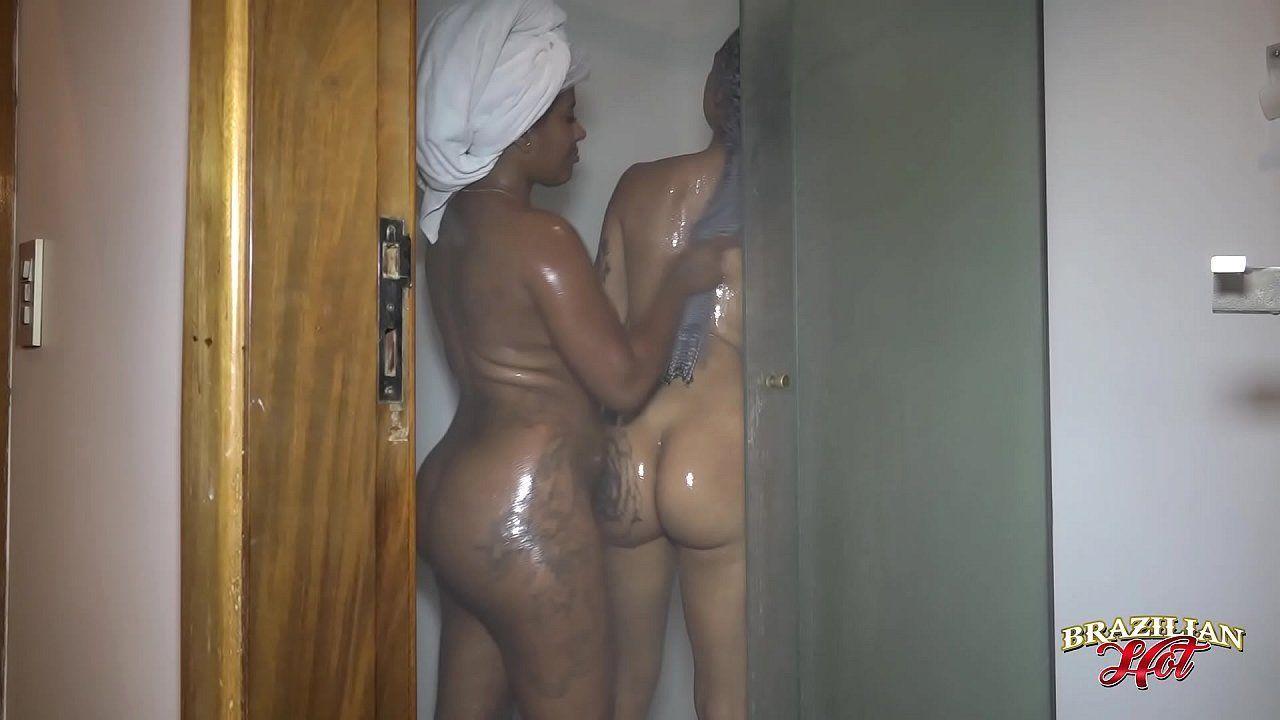 mulata lesbica chupando os peitos da novinha no banheiro