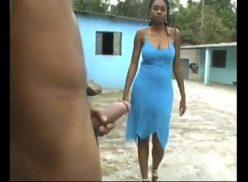 Mulher negra dando aula de boquete chupando o caralho enorme e tirando leite