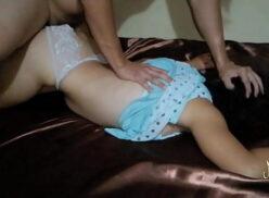 Sexo brutal dotado rasgando a calcinha da novinha e fudendo ela com força por trás