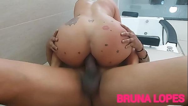 Brasileira gostosa dando o cu pro negão sentando na pica grossa