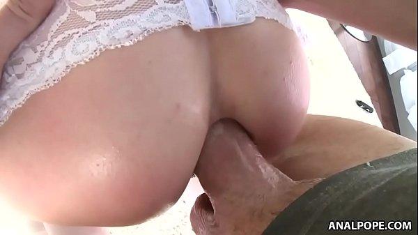 Novinha rabuda nunca tinha sentido um sexo anal gostoso como esse
