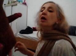 Coroa do boquete chupando o pau grande do novinho que goza no rosto dela