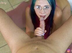 Novinha fazendo boquete gostoso no macho do pauzão grande