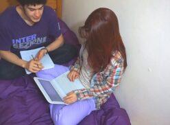 Porno com amiga de faculdade gozando na buceta da putinha